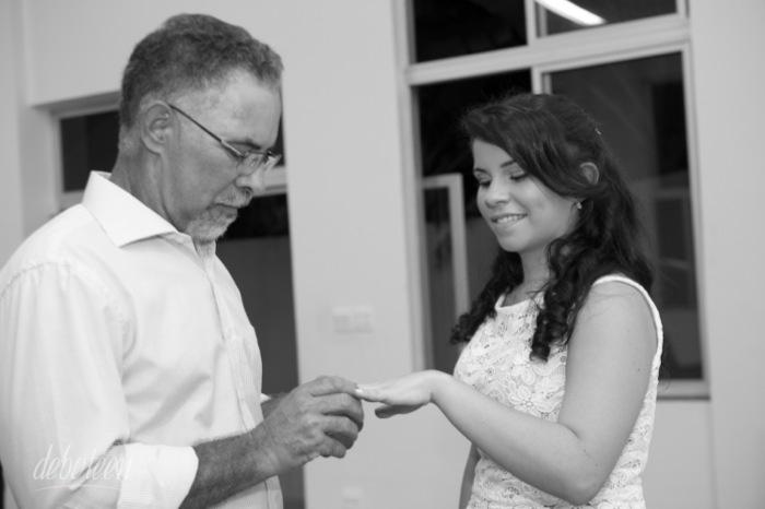Pai presenteando filha com anel de 15 anos